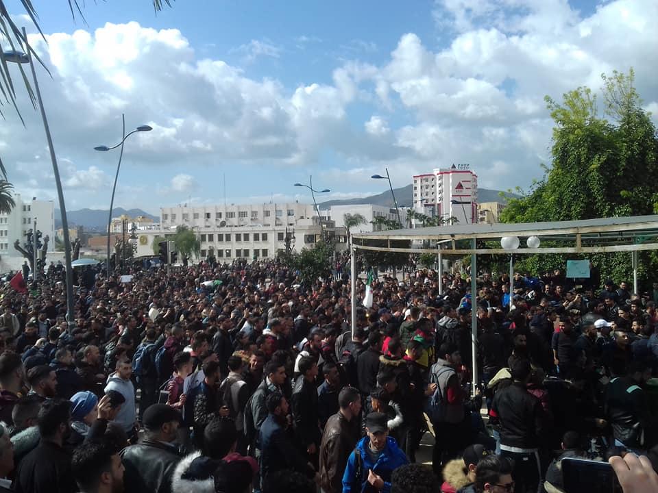 imposante marche des étudiants à Béjaia le mardi 26 février 2019 pour le départ du système  - Page 3 1277