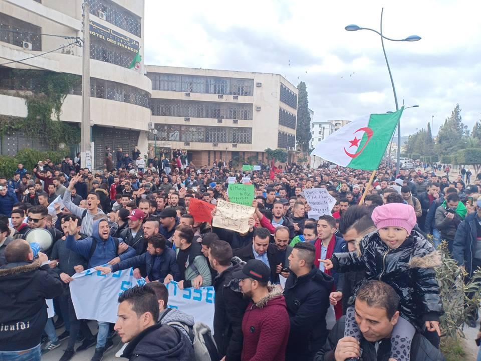 Bejaia: Marche des étudiants contre le cinquième mandat le mardi 26 février 2019 - Page 2 1303