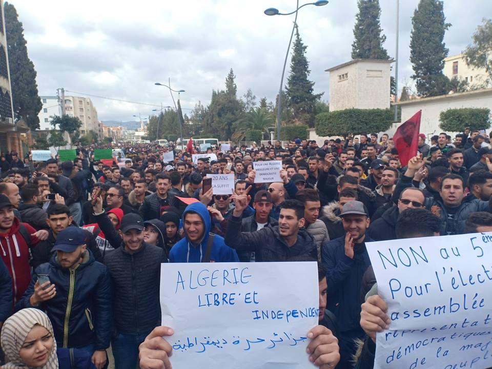 Bejaia: Marche des étudiants contre le cinquième mandat le mardi 26 février 2019 - Page 2 1304