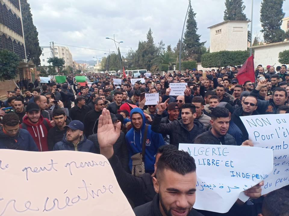 Bejaia: Marche des étudiants contre le cinquième mandat le mardi 26 février 2019 - Page 2 1305