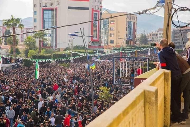 Une grandiose marche à Béjaïa le vendredi 01 mars 2019 contre le système  - Page 4 1639