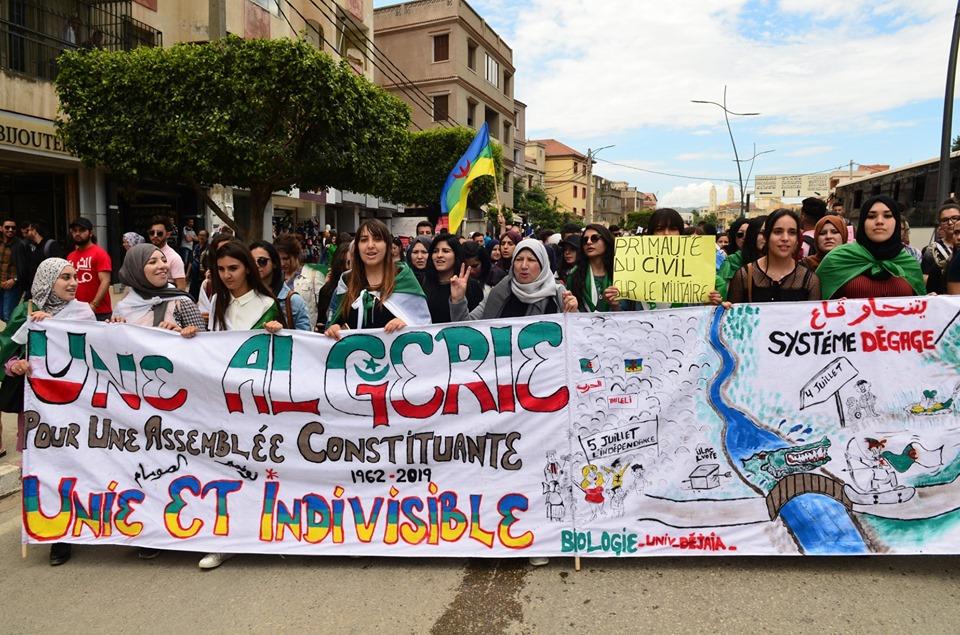 Mardi, 21 mai 2019, la communauté universitaire de Bejaia ainsi que les robes noires réitèrent leur ras-le-bol des manigances de Gaid et consorts. 2328