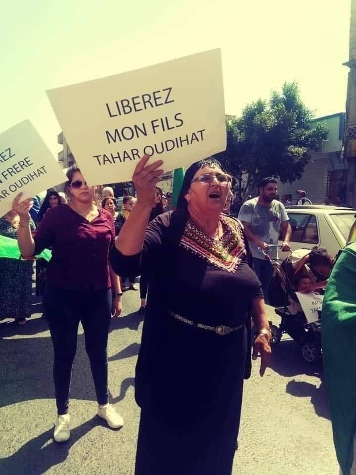 La mère de Tahar Oudihat le lundi 24 juin 2019, pendant la manifestation de Ouzellaguen en soutien au détenus du drapeau Amazigh. 2556