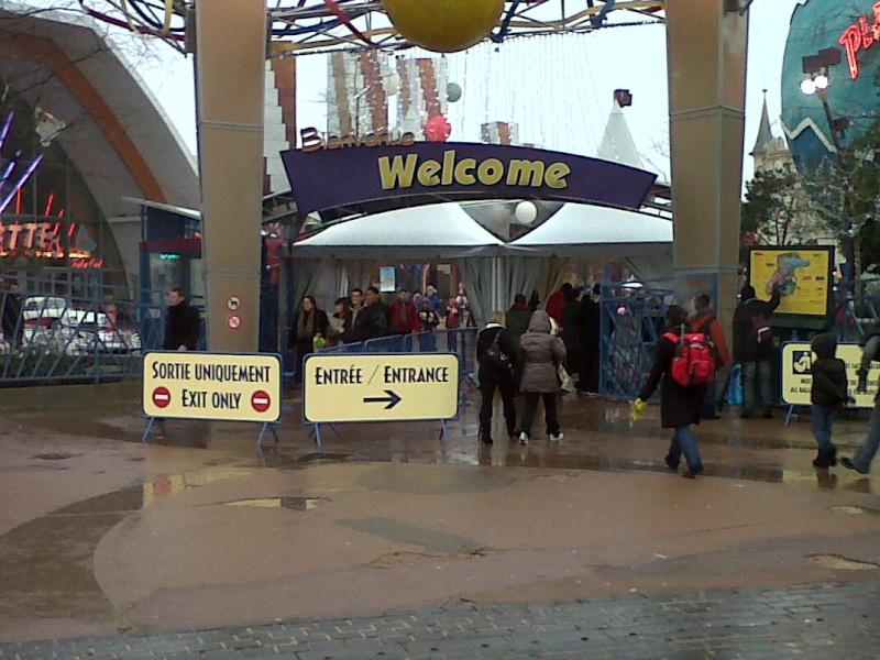 Contrôle des Sacs à l'entrée de Disney Village Img00010