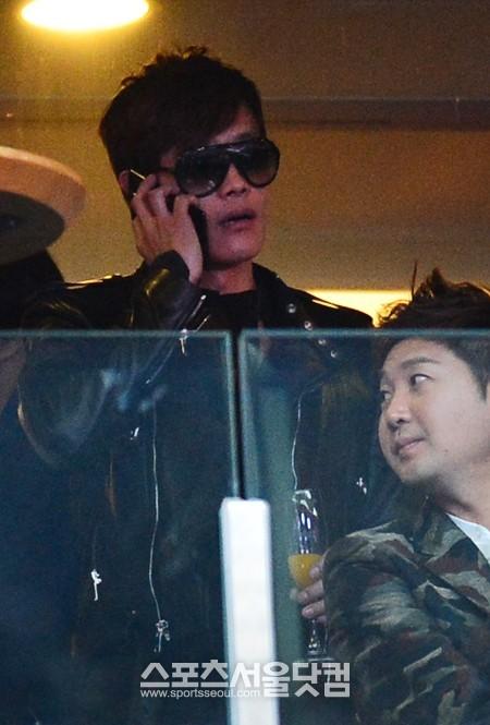 Lee Byung Hun au concert de Psy! Psylbh10