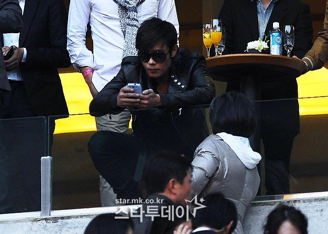 Lee Byung Hun au concert de Psy! Psylbh12