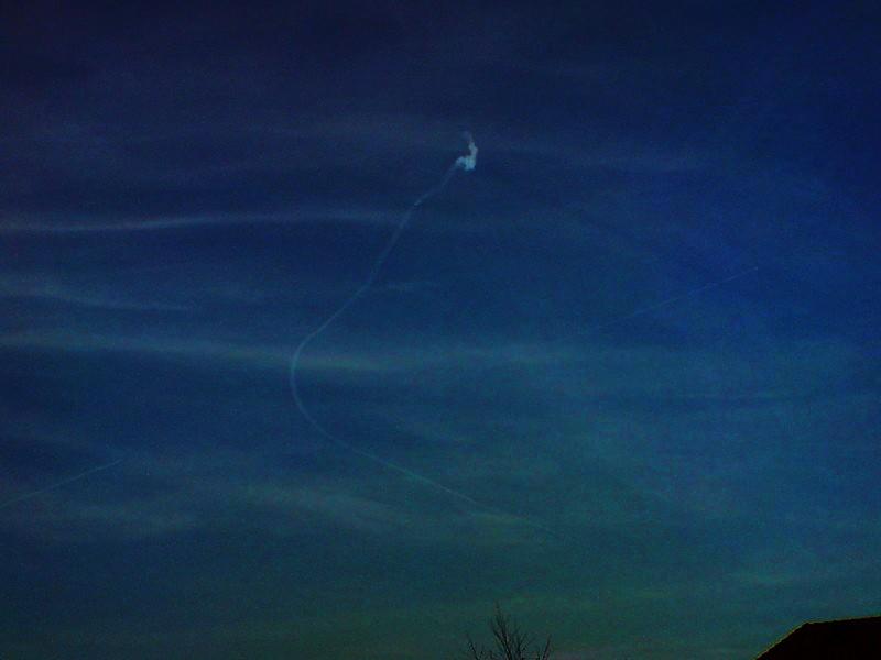 2010: Objet étrange au dessus de la Chapelle saint Mesmin(contrail sur une couche nuageuse) Copie_11