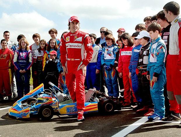 Diante de 4 mil pessoas, Alonso se 'despede' da Espanha pilotando kart Alonso10