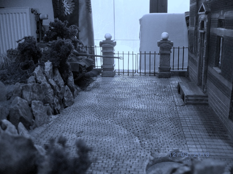 Chars Jagdpanther et Panther au repos au Chateau Pelzer [TAMIYA 1/48° ] (Diorama terminé) - Page 3 00121