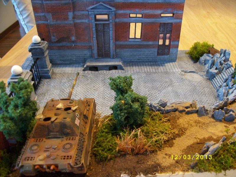 Chars Jagdpanther et Panther au repos au Chateau Pelzer [TAMIYA 1/48° ] (Diorama terminé) - Page 3 00222