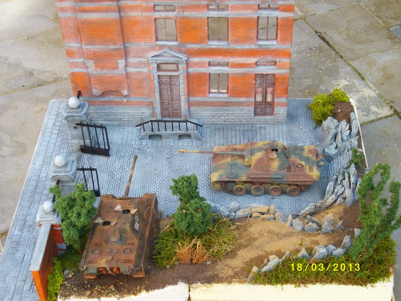 Chars Jagdpanther et Panther au repos au Chateau Pelzer [TAMIYA 1/48° ] (Diorama terminé) - Page 4 00225