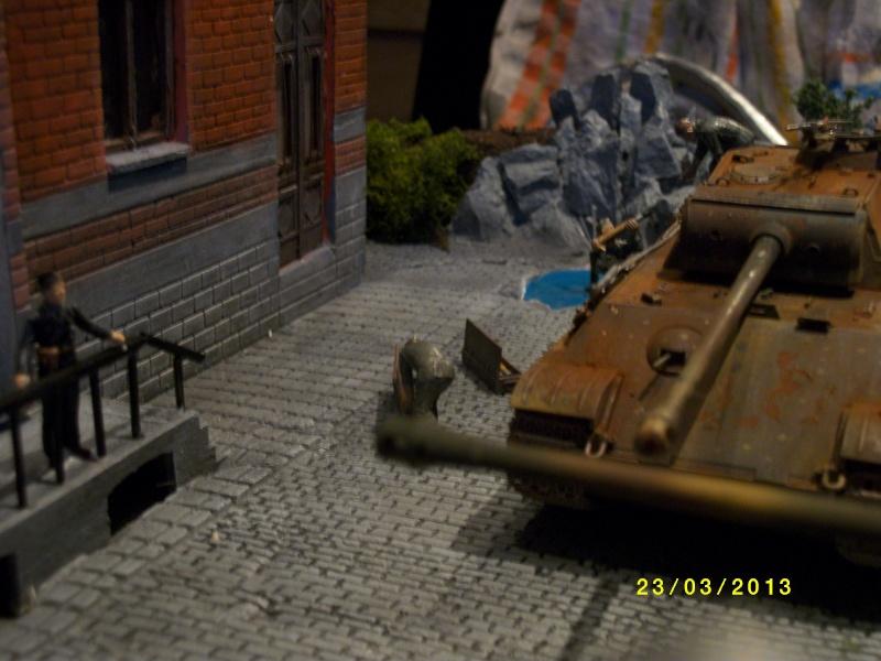 Chars Jagdpanther et Panther au repos au Chateau Pelzer [TAMIYA 1/48° ] (Diorama terminé) - Page 4 00227