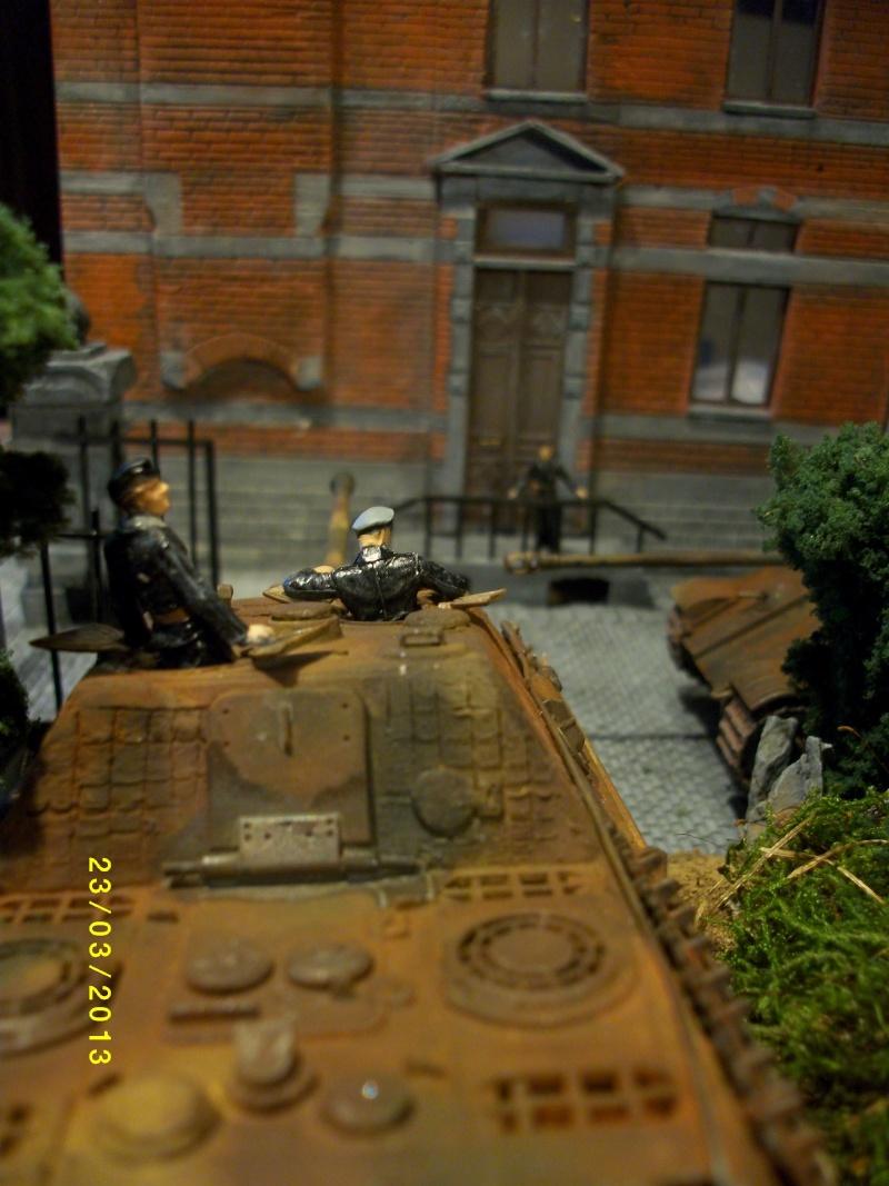 Chars Jagdpanther et Panther au repos au Chateau Pelzer [TAMIYA 1/48° ] (Diorama terminé) - Page 4 00721