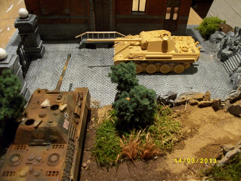 Chars Jagdpanther et Panther au repos au Chateau Pelzer [TAMIYA 1/48° ] (Diorama terminé) - Page 3 01013