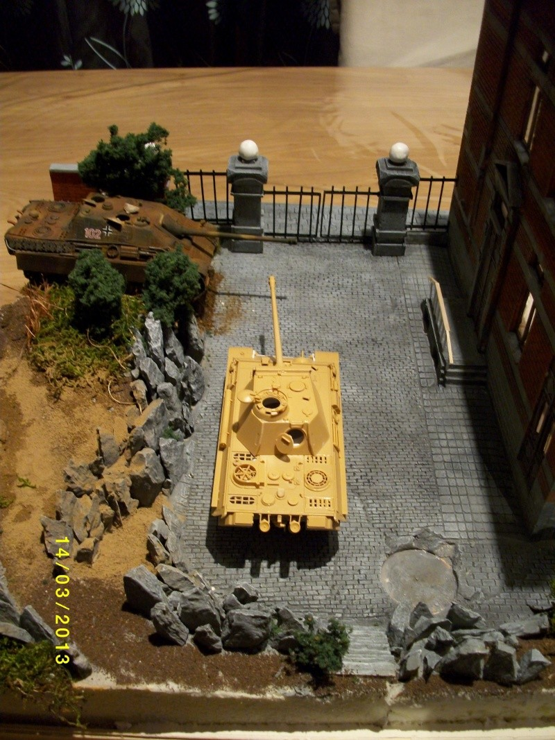 Chars Jagdpanther et Panther au repos au Chateau Pelzer [TAMIYA 1/48° ] (Diorama terminé) - Page 3 01117