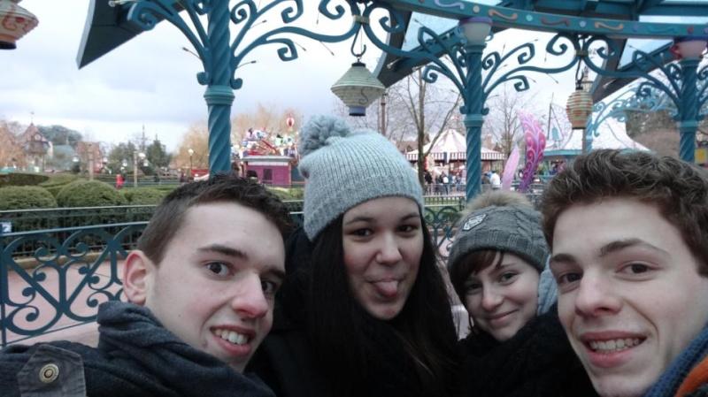 10 belges lâchés à Disneyland ! - Page 2 52978410