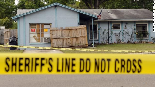 Tragado por la tierra: Demuelen la casa del hombre al que se lo tragó un gran socavón en Florida y suspenden la búsqueda 13030110