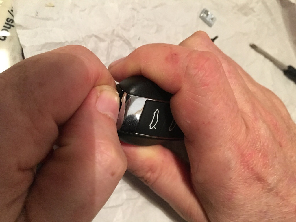 Tuto 981/718/991/992: Montage clef peinte avec pièce Porsche SportDesign 1615c410