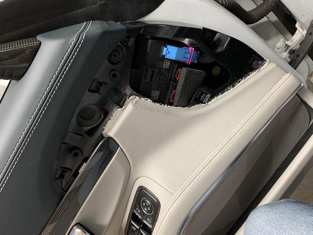 Tuto 991.2: Installation cache latérale airbag portière pièce DBCarbon 6a285010