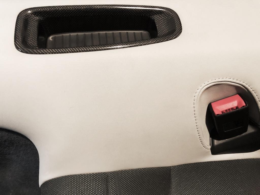 Tuto 991.2: installation caches ceinture de sécurité arrière par pièces DBCarbon Bc911-83