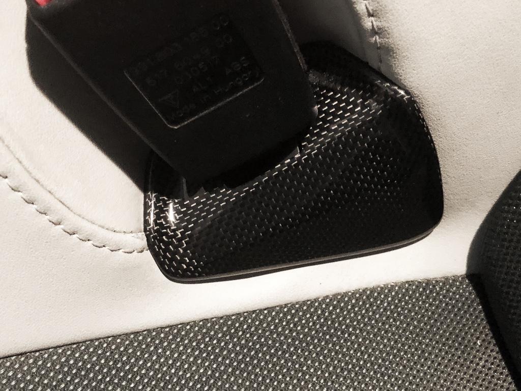 Tuto 991.2: installation caches ceinture de sécurité arrière par pièces DBCarbon Bc911-86