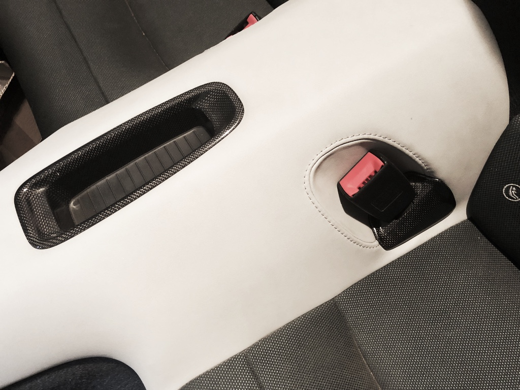 Tuto 991.2: installation caches ceinture de sécurité arrière par pièces DBCarbon Bc911-87
