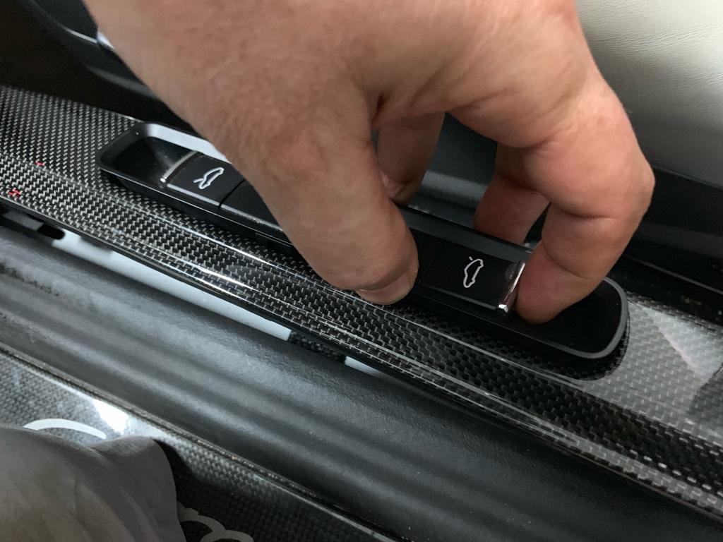 Tuto 991.2: installation des pas de porte par pièces DBCarbon Bc911160