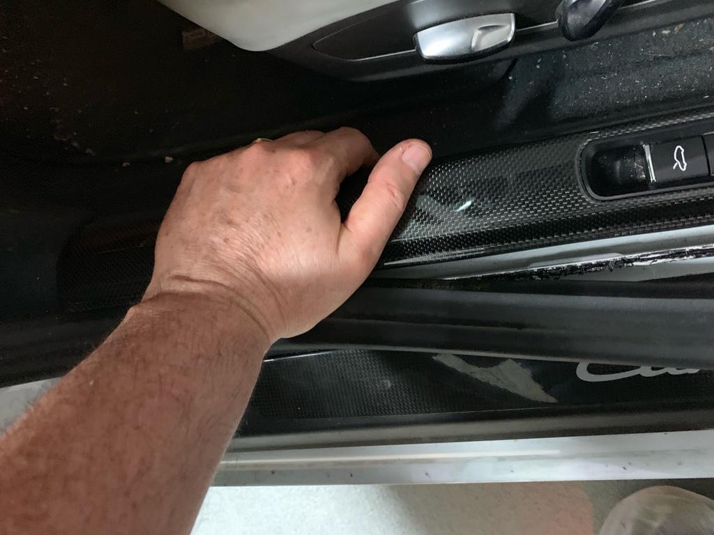 Tuto 991.2: installation des pas de porte par pièces DBCarbon Bc911163