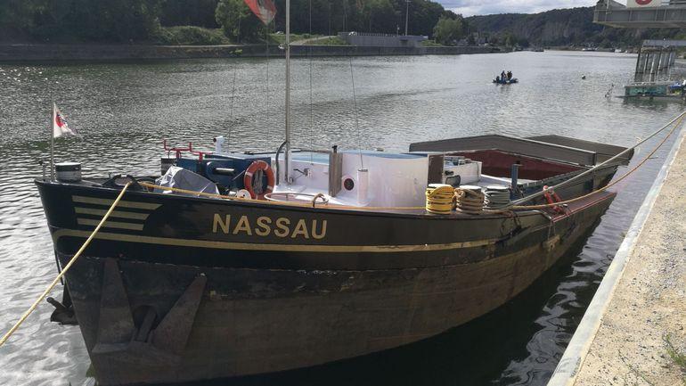 Une péniche transportant du gravier coule dans la Meuse à Ma 5f344111
