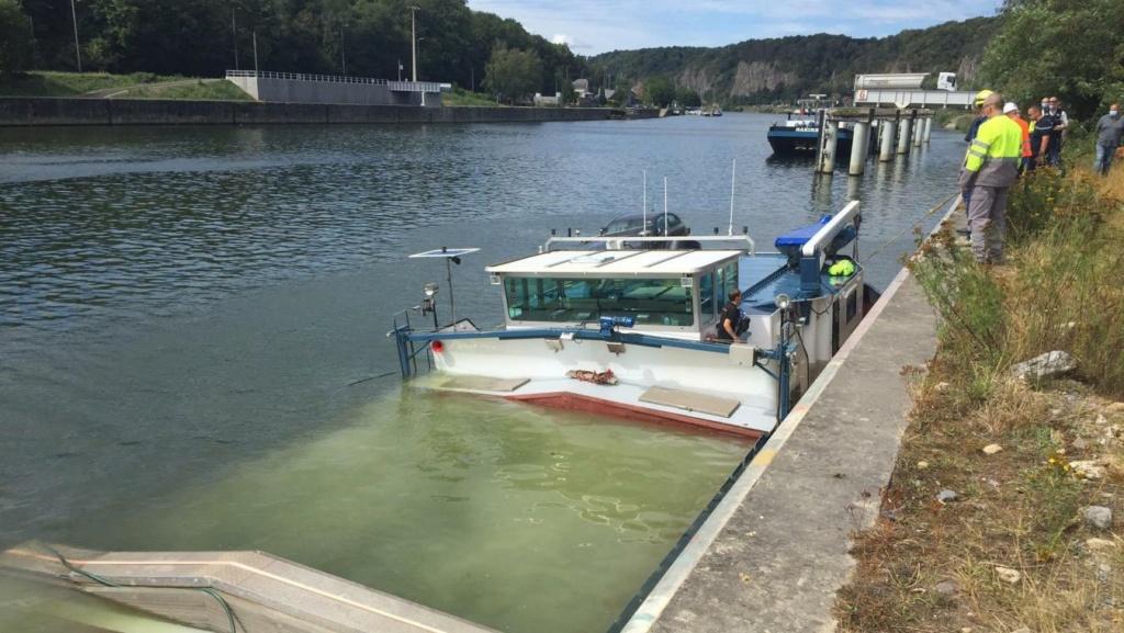 Une péniche transportant du gravier coule dans la Meuse à Ma B9724313