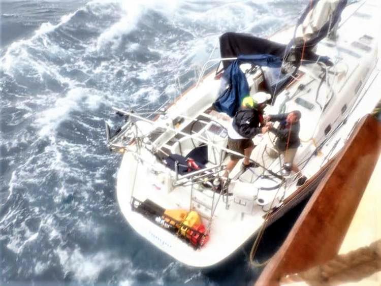 Sauvetage audacieux par le boxship COSCO et la Garde côtière Cosco-11