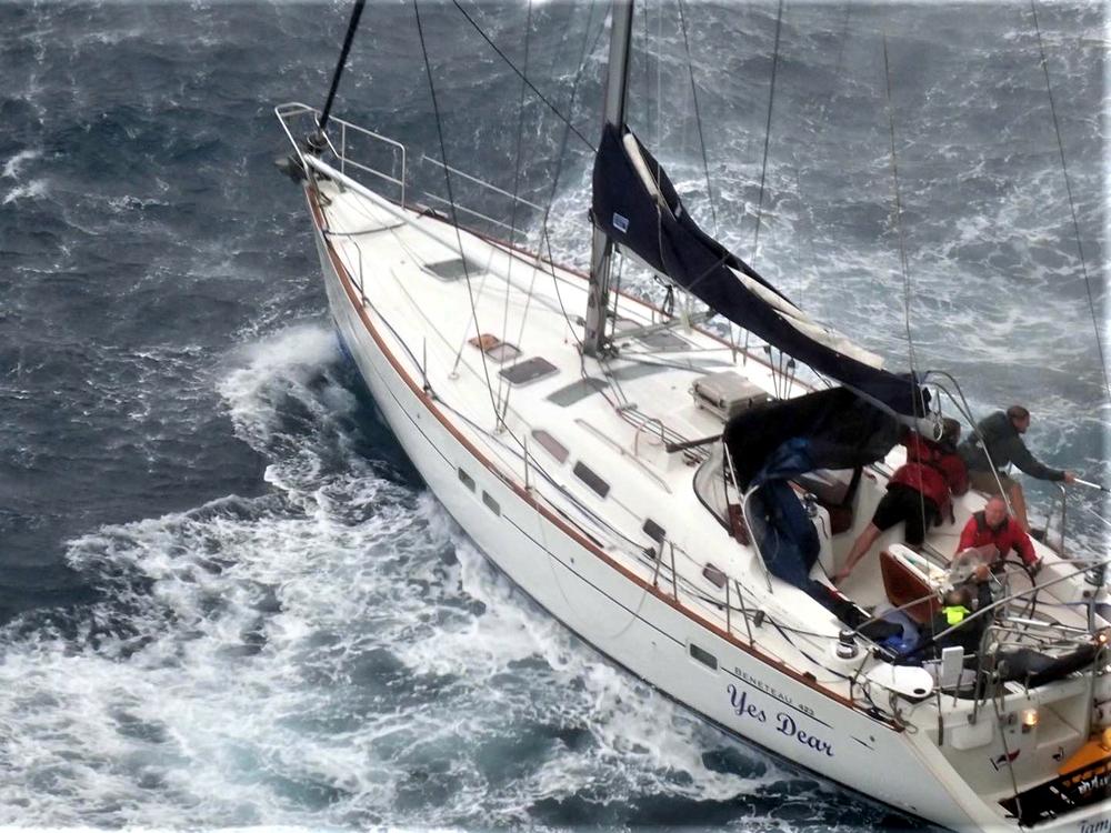 Sauvetage audacieux par le boxship COSCO et la Garde côtière Cosco-12