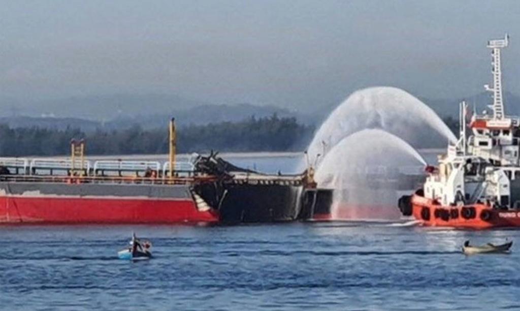 Tanker hit by devastating explosion, Vietnam D1e61510