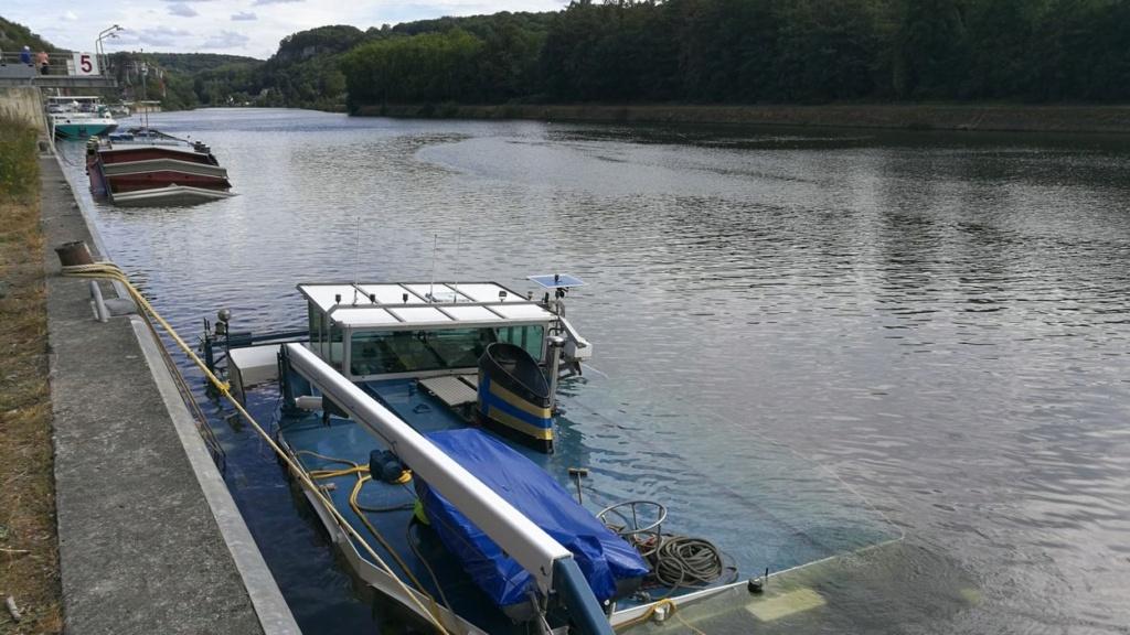 Une péniche transportant du gravier coule dans la Meuse à Ma Dd797011