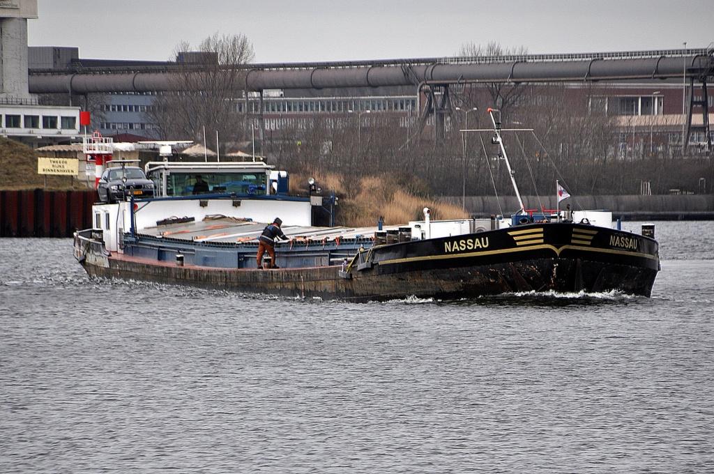 Une péniche transportant du gravier coule dans la Meuse à Ma Nassau12