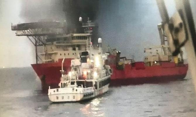 Navire de pose de câbles en feu, les 60 membres du personnel Respon10