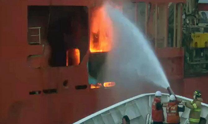 Navire de pose de câbles en feu, les 60 membres du personnel Respon12