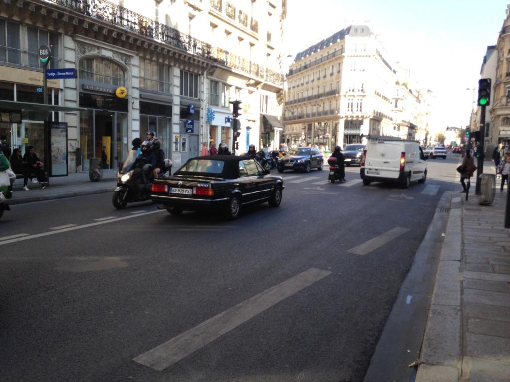 Un hypster Au volant d'une 325 Rue Etienne Marcel Img_8214