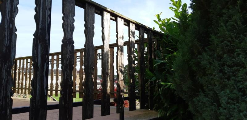 ENCORE UN TRUC A REFAIRE QUI A SOUFFERT AVEC LE TEMPS (balustrades du balcon) 20190642