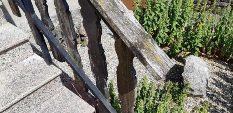 ENCORE UN TRUC A REFAIRE QUI A SOUFFERT AVEC LE TEMPS (balustrades du balcon) 20190643