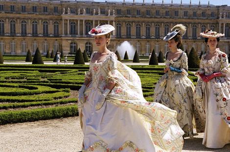 Les robes portées par les Marie Antoinette de nos écrans Kirste10