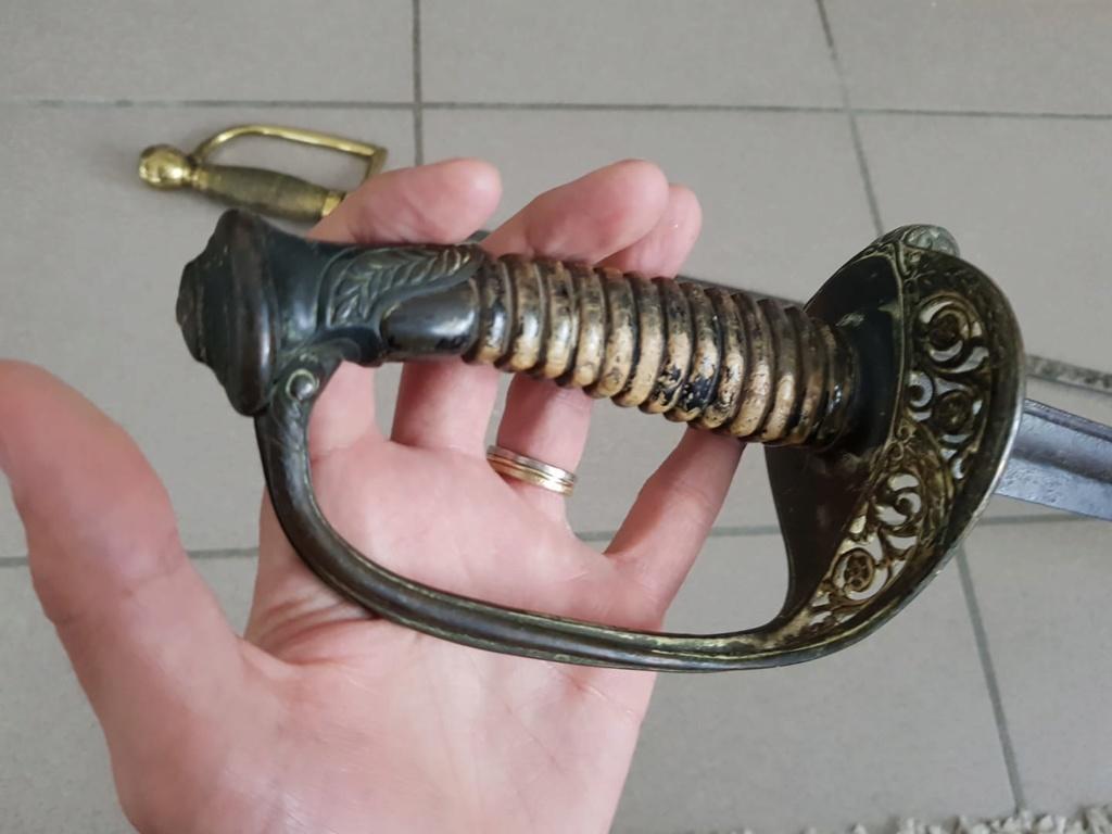 un sabre et une épée 210