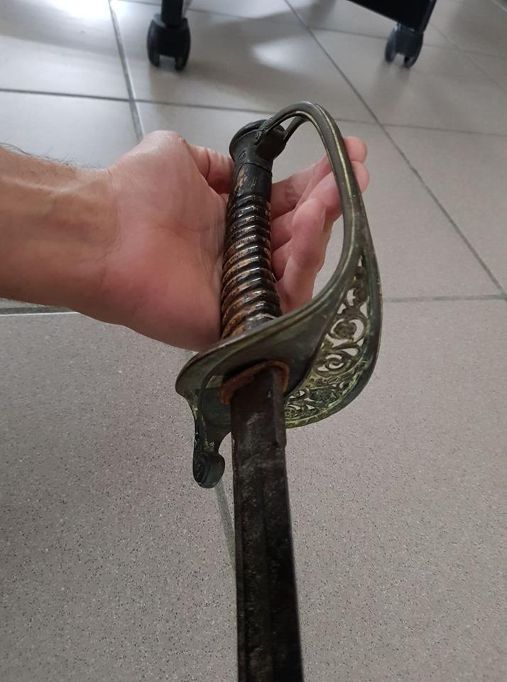 un sabre et une épée 310