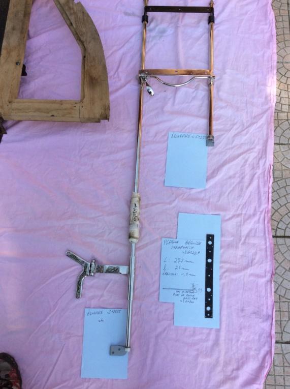 Barres ou coulissent siège et strapontin sur un trois places décalées Strapo19