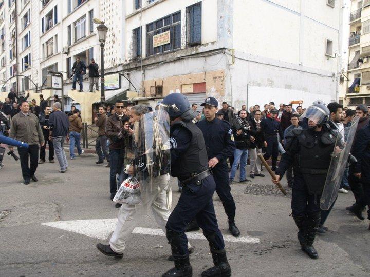 Quelques photos de la marche du 12 février 2011 - Page 2 18065010