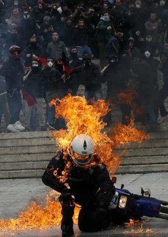 Importantes disturbios en Grecia Protes20