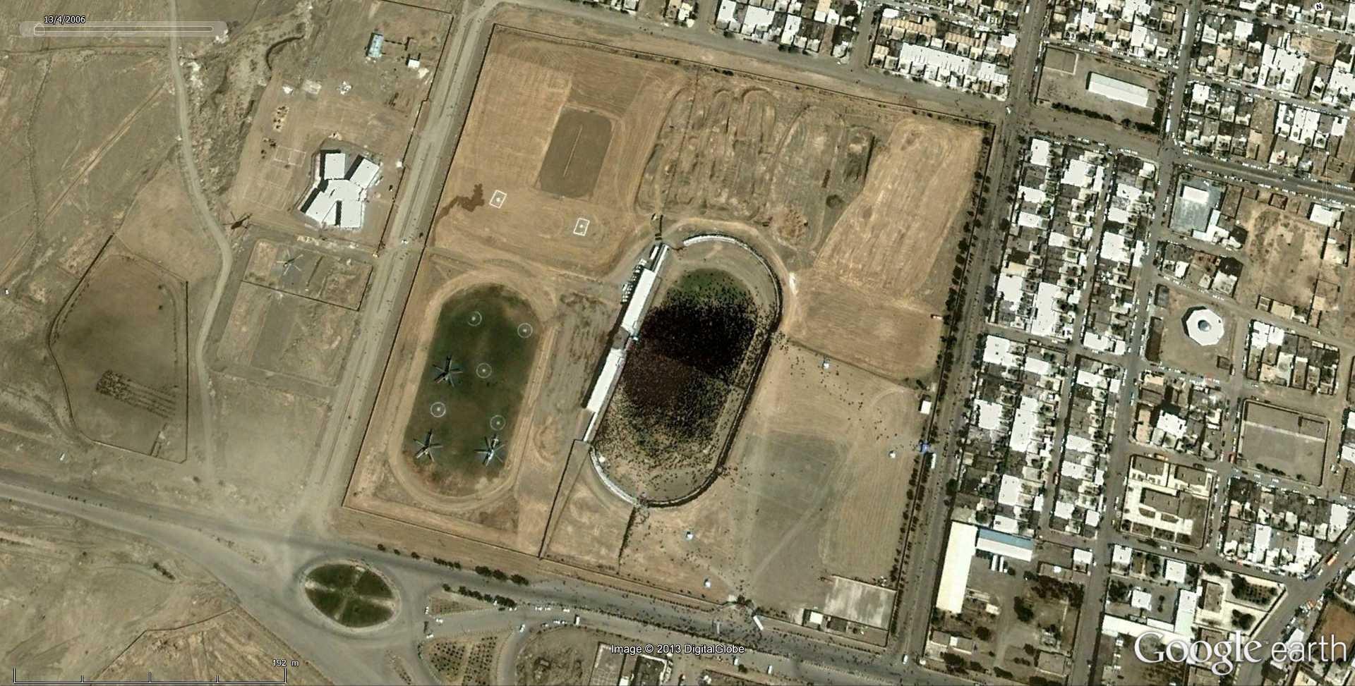 Fêtes, concerts et autres attroupements sur Google Earth  - Page 2 2013-129