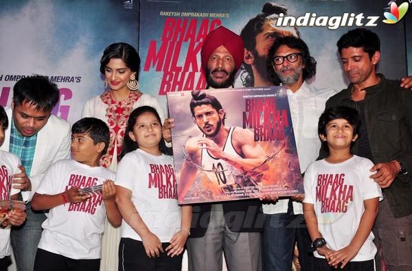 Launches 'Bhaag Milkha Bhaag' Trailer Bmb20110