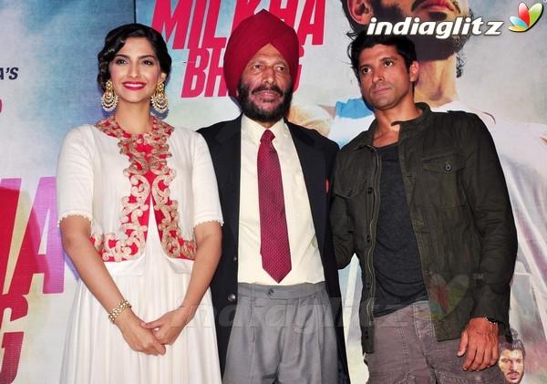 Launches 'Bhaag Milkha Bhaag' Trailer Bmb20111