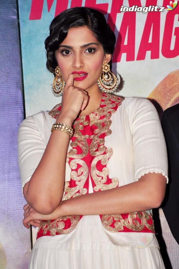 Launches 'Bhaag Milkha Bhaag' Trailer Bmb20119